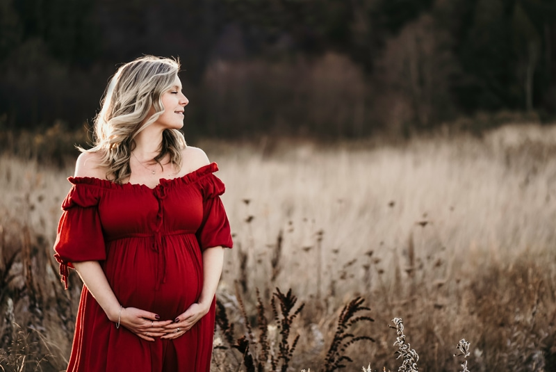 BC Family Photographer, pregnant woman standing in a field